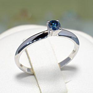 inel-de-logodna-din-aur-cu-diamant-albastru-900x900-1